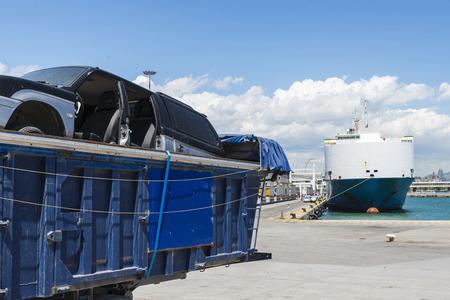 Container met afgedankte auto geparkeerd in de haven