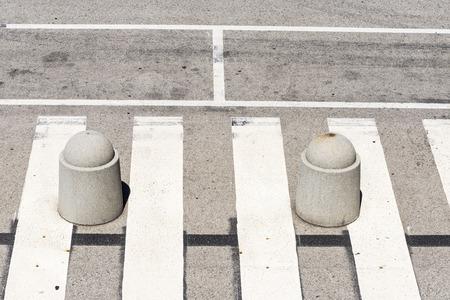 no pase: Alta vista de un paso de peatones con dos bolardos Foto de archivo