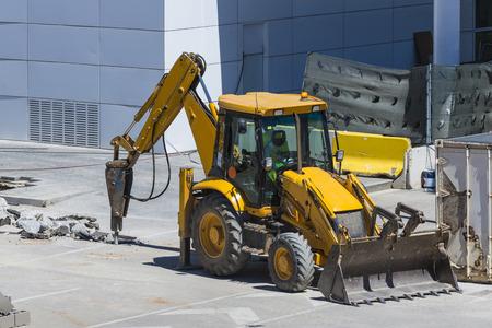 presslufthammer: Bagger Bohren einer Stra�e mit seinem Presslufthammer Lizenzfreie Bilder