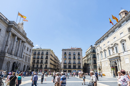 barcelone: Barcelone, Espagne - le 17 Juin, 2015: Les gens marchant sur la place Sant Jaume, en face de la façade de l'hôtel de ville de Barcelone et Generalitat de Catalogne