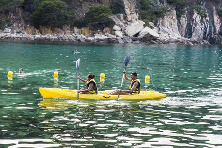 ocean kayak: Girona, Espa�a - 1 de julio de 2015: remar Joven pareja en kayak en el mar en la Costa Brava, Catalu�a, Espa�a Editorial