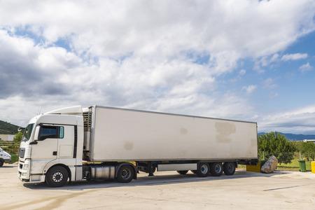 remolque: Blanco camión equipado con electrodomésticos de refrigeración estacionado en una estación de gas en España Foto de archivo