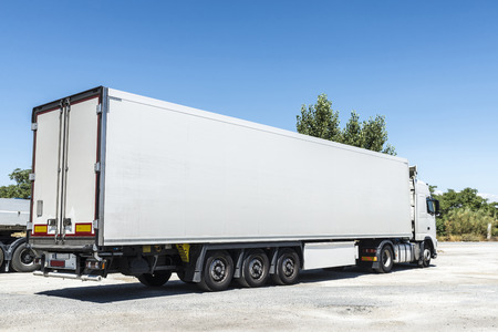 camion: Blanco cami�n equipado con electrodom�sticos de refrigeraci�n estacionado en una estaci�n de gas en Espa�a Foto de archivo