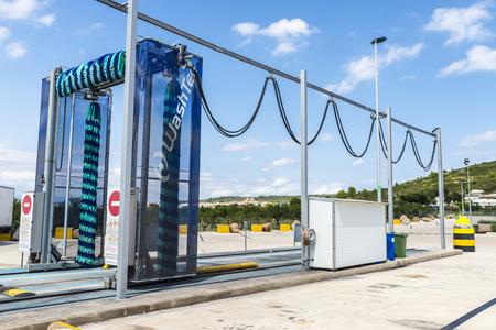 autolavaggio: Valencia, Spagna - 19 Agosto, 2015: camion lavaggio esterno automatiche in una stazione di servizio in Spagna