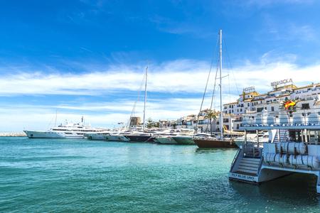 Puerto Banús, España - 15 de agosto de 2015: Yates de lujo atracado en Puerto Banús, un puerto deportivo, cerca de Marbella, Andalucía, España