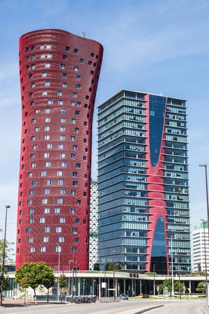 barcelone: Barcelone, Espagne - 10 Octobre, 2015: Hôtel Porta Fira, à côté de la tour Realia Barcelone, à Barcelone, en Catalogne, en Espagne, est un hôtel gratte-ciel rouge moderne conçu par l'architecte japonais Toyo Ito.