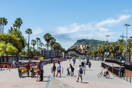 Barcelona, Spanje - 21 juni 2016: Mensen lopen, fietsen, riksja en schaatsen op de promenade in Barcelona