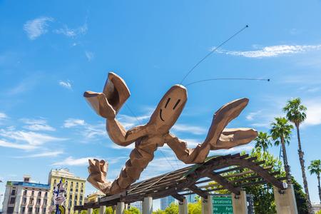 Barcelona, Spanje - 21 juni 2016: La Gamba de Mariscal is een garnaal gevormd sculptuur van Javier Mariscal ontworpen en gelegen aan de boulevard genaamd Moll de la Fusta in Barcelona Redactioneel