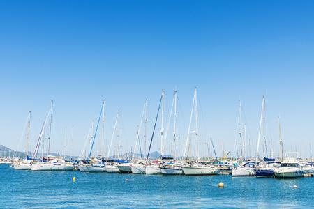 Veleros y yates atracados en el puerto deportivo en Alghero, Cerdeña, Italia