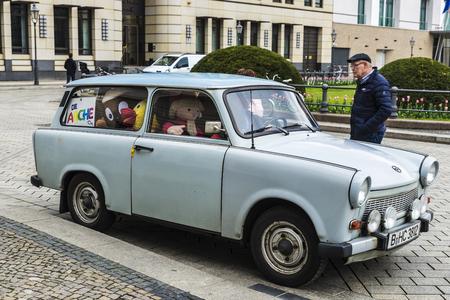Berlin, Deutschland - 12. April 2017: Auto von Trabant Marke mit seinem Fahrer vor Brandenburger Tor genannt Trabi Andy voller Teddybären in Berlin, Deutschland Editorial
