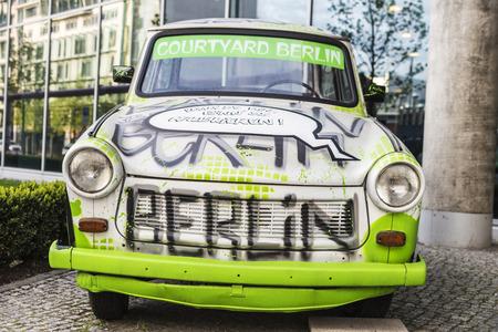 Berlin, Deutschland - 13. April 2017: Auto der Marke Trabant benutzt von der Anzeige in der Straße in Berlin, Deutschland
