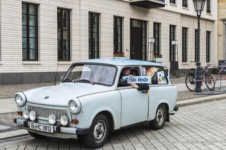 Berlin, Deutschland - 12. April 2017: Auto von Trabant Marke mit seinem Fahrer vor Brandenburger Tor genannt Trabi Andy voller Teddybären in Berlin, Deutschland