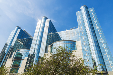 Gevel van de moderne kantoorgebouwen van het Europees Parlement in Brussel, België Stockfoto
