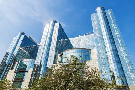 Gevel van de moderne kantoorgebouwen van het Europees Parlement in Brussel, België Stockfoto - 89466756