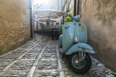 Erice, Italia - 11 de agosto de 2017: Moto Vespa vieja en el casco antiguo del pueblo histórico de Erice en Sicilia, Italia