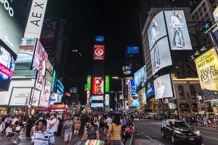 Nowy Jork, Stany Zjednoczone Ameryki - 30 lipca 2018: Times Square w nocy z ludźmi wokół i duże ekrany reklamowe na Manhattanie w Nowym Jorku, Stany Zjednoczone