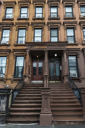 Old typical houses in the Harlem neighborhood in Manhattan, New York City, USA Banque d'images