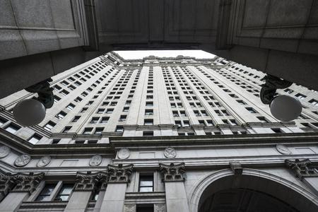 Symmetrische Perspektive der Fassade des Manhattan Municipal Building in Manhattan in New York City, USA Standard-Bild