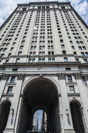 Symmetric perspective of the facade of the Manhattan Municipal Building in Manhattan in New York City, USA 版權商用圖片