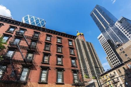 8th Avenue (Eight Avenue) con sus modernos rascacielos, edificios antiguos con escaleras de emergencia en Manhattan, Ciudad de Nueva York, EE.