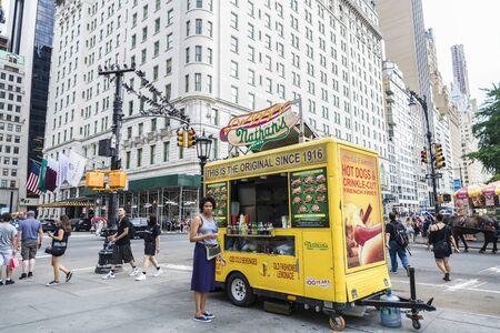 Ciudad de Nueva York, Estados Unidos - 28 de julio de 2018: camión de comida en la Quinta Avenida (Quinta Avenida) junto a Grand Army Plaza con gente alrededor en Manhattan, Ciudad de Nueva York, Estados Unidos