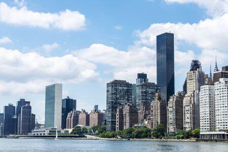 East River, la sede de las Naciones Unidas (ONU) y el horizonte de Manhattan visto desde Roosevelt Island en la ciudad de Nueva York, EE.