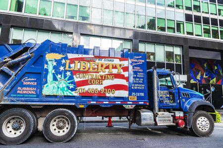 New York City, USA - August 1, 2018: Container truck with a drawing of the American flag and the Statue of Liberty parked on a street of Manhattan in New York City, USA Redactioneel