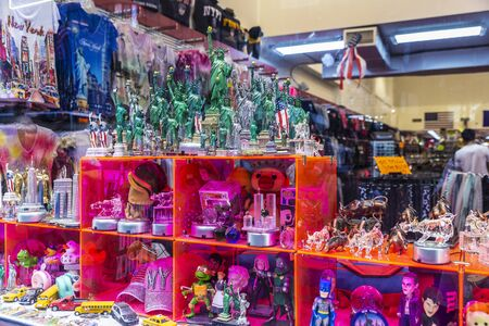 New York City, USA - August 1, 2018: Display of a gift and souvenir store with miniatures of the Statue of Liberty and the Wall Street Bull in Manhattan, New York City, USA Redactioneel