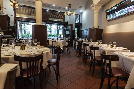 New York City, USA - August 3, 2018: Interior of a luxury restaurant with empty tables ready in Manhattan, New York City, USA Éditoriale