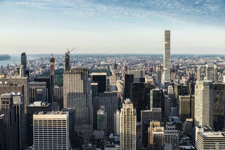 Elevated view of the skyline of modern skyscrapers of Manhattan at sunset in New York City, USA Banque d'images