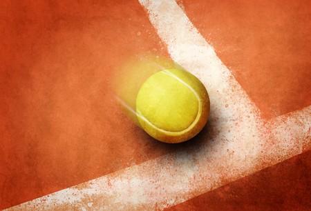 competitividad: Pelota de tenis a la l�nea de campo de tierra roja de esquina