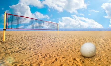 pelota de voley: Bola de Beach Volley y red en d�a de verano