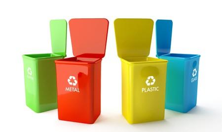 Vier Behälter für das recycling von Papier, Metall, Glas und Kunststoff