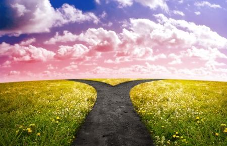 incertezza: Crossroad nel paesaggio rurale sulla collina di prato in tempo tramonto