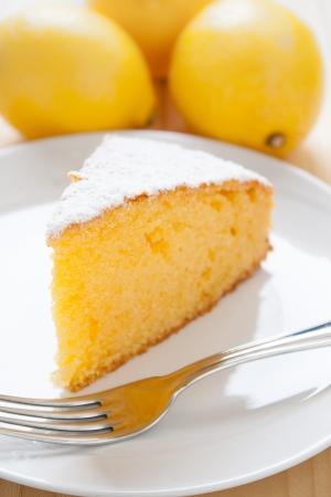 Slice of lemon cake in einer Schale auf Holztisch Standard-Bild - 14759393
