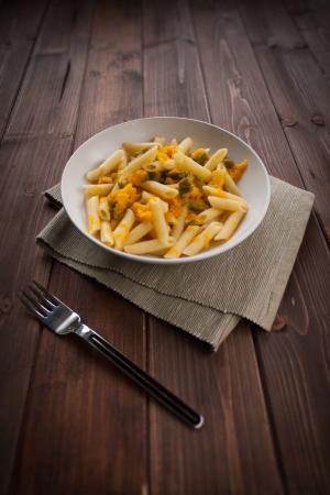 Dish of vegetarische Pasta mit Kürbis und Bohnen pod Standard-Bild - 16439223
