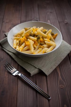 Dish of vegetarische Pasta mit Kürbis und Bohnen pod Standard-Bild - 16439229