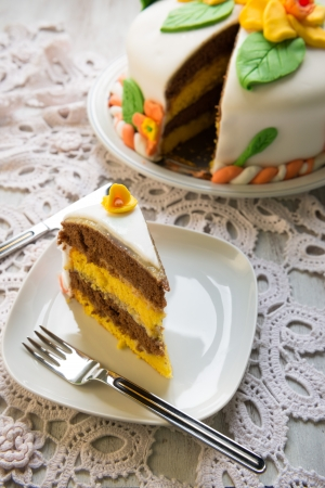 to cake layer: Decorato strato di torta dolce con zucchero fondente
