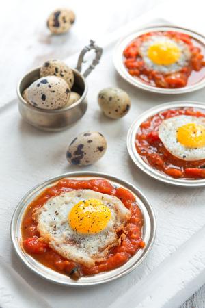 wachteleier: Omelette der Wachteleier mit Tomatensauce Lizenzfreie Bilder