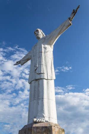 whose: estatua de cuerpo completo de jesus en Cali, Colombia, cuyo nombre es Cristo Rey Foto de archivo