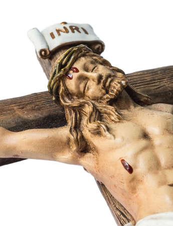 jezus: zbliżenie Jezusa ukrzyżowanego na krzyżu. Obraz pokazuje oblicze Jezusa, część krzyża i INRI znak