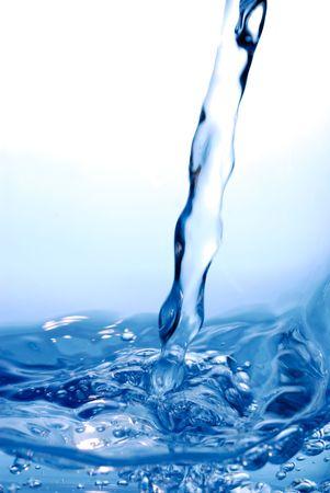 sediento: Fresh flujo en la superficie del agua con mucho detalle del movimiento