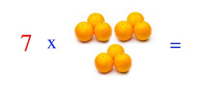 Simple problems of multiplying with oranges, mathematical problems for children who study and want to learn math and calculus; learn to multiply with fruits and numbers, oranges and figures and numerical symbols Stockfoto