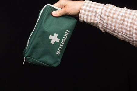 For the first cures, a first aid kit is necessary in which basic sanitary material, such as betadine, alcohol, bandages, scissors, pain relievers, sticking plaster, plasters, must be used. Stockfoto