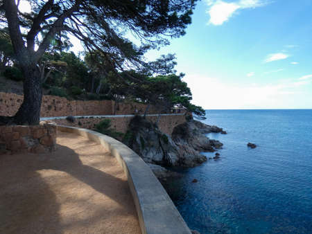 Camino de Ronda, Costa Brava, Catalonia, Spain, is a path that follows the steep Mediterranean coastline of the Catalan coast 免版税图像