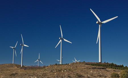 푸른 하늘에 산업 바람 설치. 생태 에너지 개념