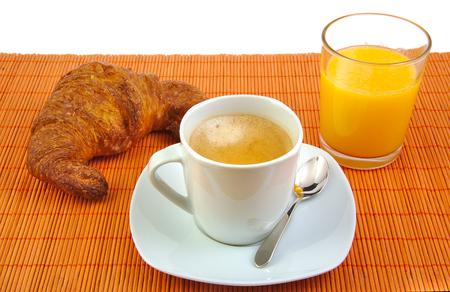 jus orange glazen: Kopje koffie, glas jus d'orange en Franse croissant