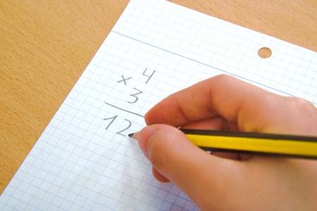multiplicacion: Ni�o que hace una multiplicaci�n matem�ticas como tarea