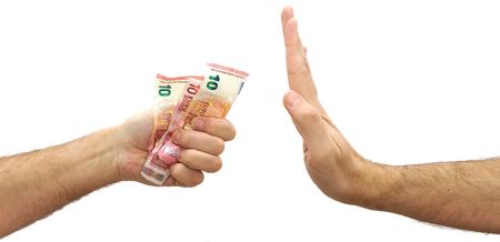 돈을 거부하는 백인 남자 손 제공. 유로화 제안 거부
