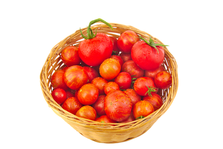 흰색 배경에 고립 된 바구니에 신선한 빨간 토마토